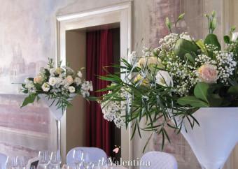 Lisianthus tra rose rosa e velo da sposa, un allestimento da sogno
