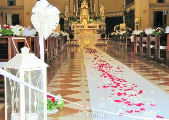 Gocce di cristallo e petali rossi, il romanticismo entra in scena