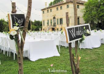 Tavolo imperiale: tulipani bianchi, rosa arancioni e fiori rossi